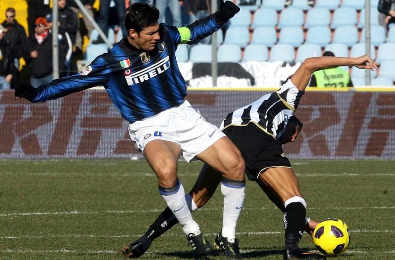 Javier Zanetti berduel dengan Alejandro Sanchez