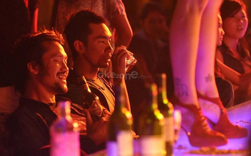 Tora Sudiro dan Dallas Pratama dalam adegan film 'domino' di sebuah bar