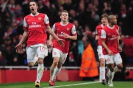 Robin van Persie merayakan gol bersama pemain Arsenal
