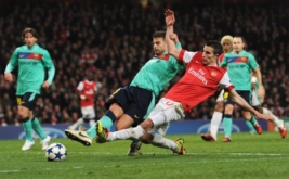 Gerard Pique mencoba menahan tendangan Robin van Persie ke arah gawang Barcelona