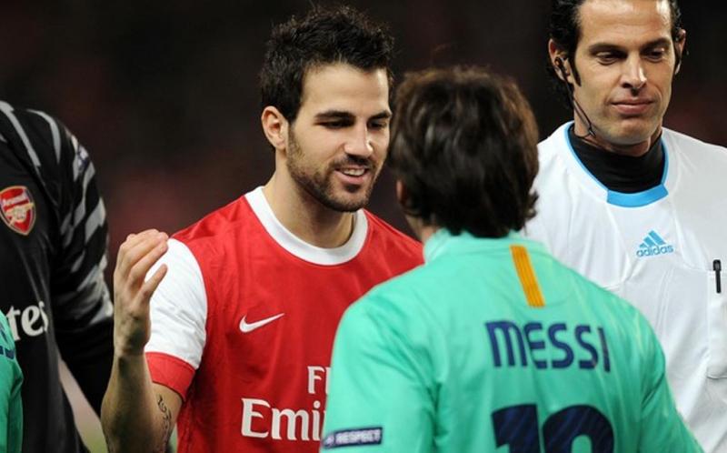 Cesc Fabregas berbincang dengan Lionel Messi usai laga