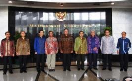 Presiden RI Susilo Bambang Yudhoyono (tengah), Wakil Presiden RI Boediono (empat kanan), Ketua Mahkamah Konstitusi Mahfud MD (empat kiri), Ketua DPR Marzuki Alie (tiga kiri), Ketua MPR Taufik Kiemas (tiga kanan), Ketua DPD Irman Gusman (dua kanan), Ketua BPK Hadi Poernomo (dua kiri), Ketua Komisi Yudisial Eman Suparman (kiri), Ketua MA Harifin Tumpa (kanan), berfoto bersama sebelum melakukan pertemuan tujuh lembaga negara beserta Presiden dan Wakil Presiden
