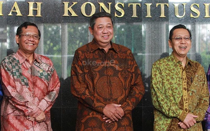 Presiden RI Susilo Bambang Yudhoyono (tengah), Wakil Presiden RI Boediono (kanan), dan Ketua Mahkamah Konstitusi Mahfud MD (kiri) berfoto bersama sebelum melakukan pertemuan tujuh lembaga negara beserta Presiden dan Wakil Presiden