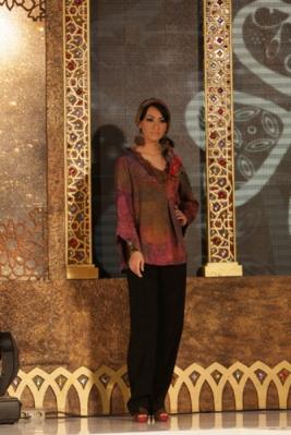 Seorang model tengah memperkenalkan koleksi terbaru Alleira Batik ...