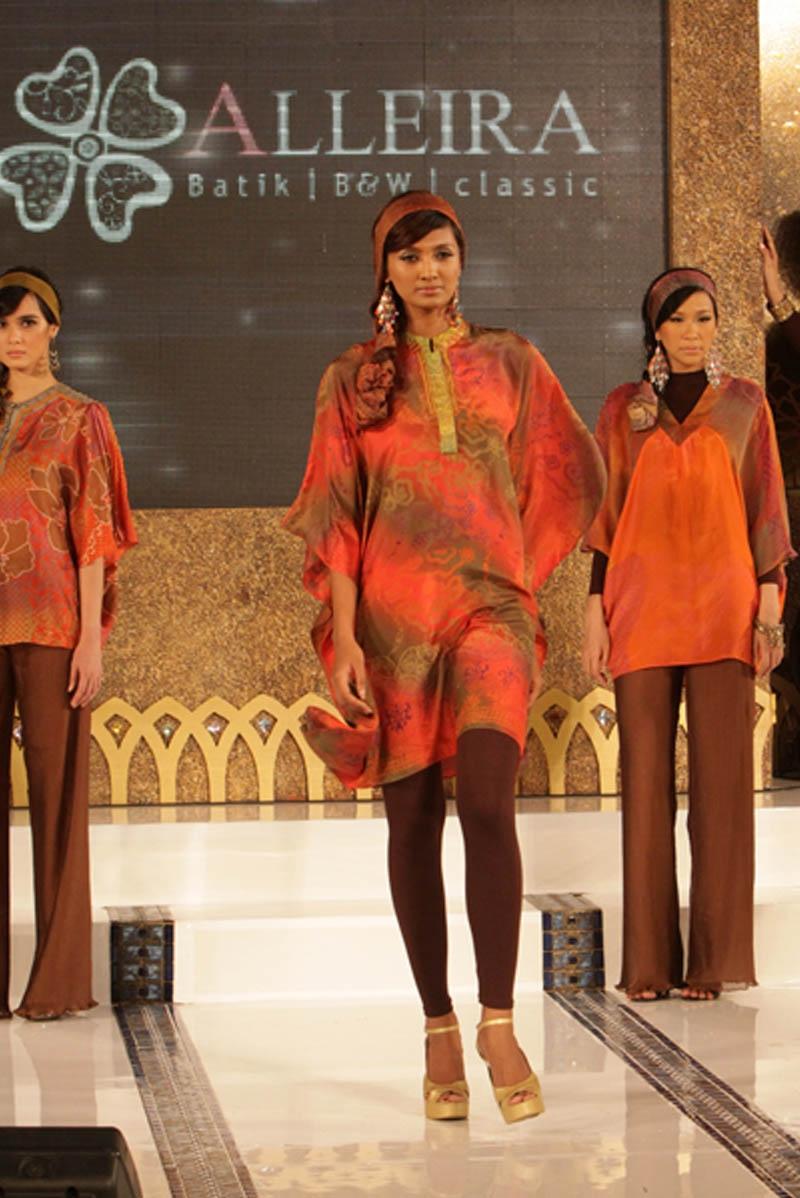 Sejumlah model tengah memperkenalkan koleksi terbaru Alleira Batik ...
