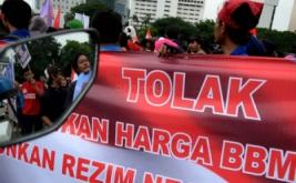 Ratusan mahasiswa yang mengatasnamakan 'Gerakan Nasional Menggugat' melakukan aksi jalan kaki yang diteruskan unjuk rasa di depan Istana Negara, Jakarta Pusat.