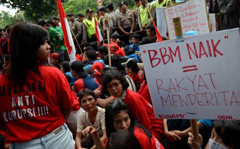 Ratusan mahasiswa yang mengatasnamakan 'Gerakan Nasional Menggugat' berunjuk rasa di depan Istana Negara, Jakarta Pusat.