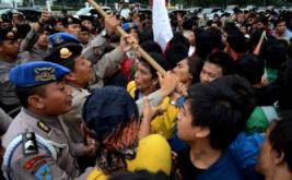 Aparat kepolisian membubarkan secara paksa para mahasiswa yang berunjuk rasa di depan Istana Negara, Jakarta Pusat.