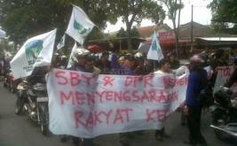 Puluhan mahasiswa yang tergabung dalam Kesatuan Aksi Mahasiswa Muslim Indonesia (KAMMI) turun kejalan menolak kebijakan pemerintah menaikan harga BBM 1 April 2012 mendatang.