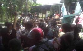 Sepanjang aksi long march ini, para mahasiswa mengajak warga masyarakat untuk ikut bergabung dalam aksi yang mendapatkan pengawalan ketat dari aparat Kepolisian.
