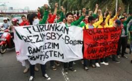 Puluhan mahasiswa dari berbagai kampus melakukan aksi unjukrasa di depan Gedung Kompleks Parlemen, Jakarta Pusat.