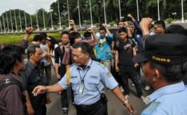 Dalam aksi tersebut kurang lebih Lima pelaku pembanting bingkai foto SBY diamankan. Sedangkan 10 orang lainnya berusaha menaiki Gedung Kura Kura DPR, namun tak berlanjut karena langsung diamankan Pamdal DPR.