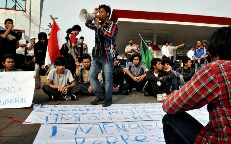 Puluhan aktivis Himpunan Mahasiswa Islam (HMI) menggelar aksi menolak kenaikan BBM dengan memblokir sebuah Stasiun Pengisian Bahan Bakar Umum (SPBU) di Jalan Cikini Raya, Jakarta.