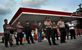 Sejumlah petugas kepolisian dan petugas keamanan berjaga-jaga di Stasiun Pengisian Bahan Bakar Umum (SPBU) Cikini, Jakarta, Kamis (15/3/2012).