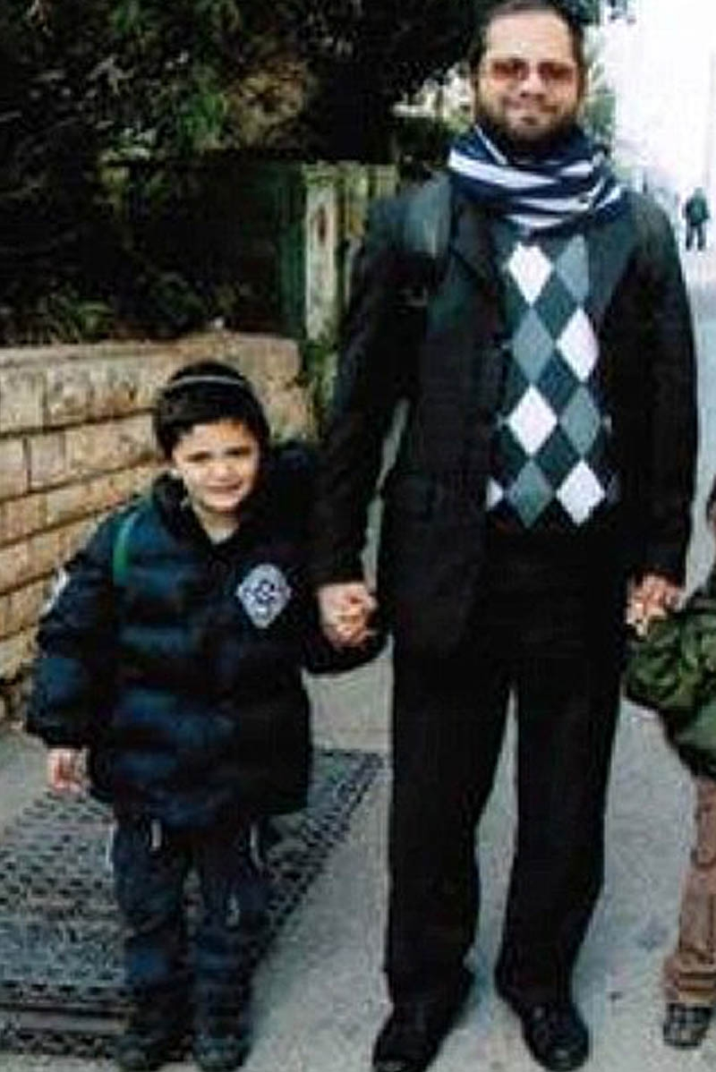 Pada Senin pukul 08.00 waktu setempat, 100 siswa berada di dalam Sekolah Ozar Haotrah yang terletak di samping Sinagoga. Tersangka turun dari motortnya dalam keadaan santai dan melepaskan tembakan ke seorang rabbi berusia 30 tahun, Jonathan Sandler. Sandler dan dua putranya Gabriel serta Arieh yang sedang menunggu bus. Peristiwa penembakan ini terjadi di saat Prancis sedang menggelar kampanye Pilpres 2012. Presiden Sarkozy yang tampil sebagai calon incumbent nampaknya akan mendapat tantangan baru dalam isu keamanan di negaranya. Peristiwa penembakan ini juga kerap disebut dengan peristiwa rasis.