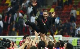 Pelatih Atletico Madrid Diego Simeone merayakan kemenangan dengan sejumlah punggawa Atletico.