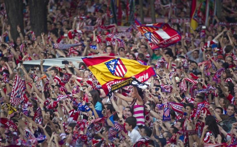 Sejumlah punggawa Atletico Madrid merayakan kemenangan bersama suporternya.