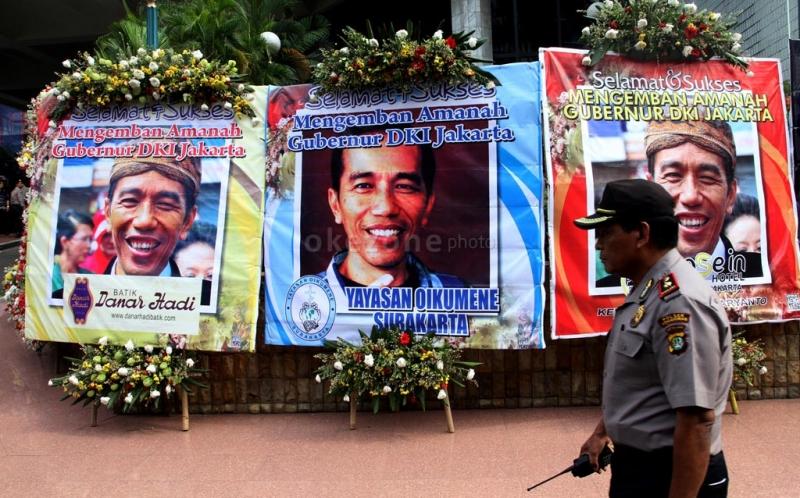 Gubernur DKI Jakarta terpilih Joko Widodo di halaman Gedung DPRD DKI ...