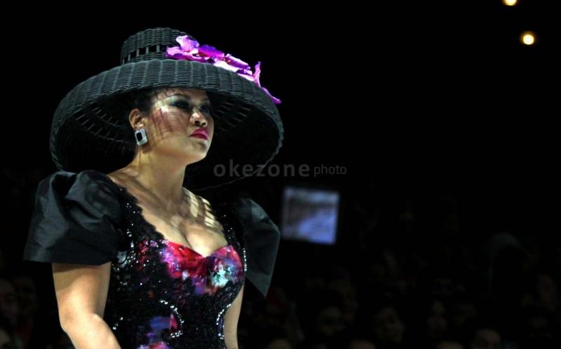 Model memamerkan busana karya desainer Ivan Gunawan pada hari pertama pagelaran Indonesia Fashion Week 2013 yang berlangsung di Planery Hall, Jakarta Convention Center, Senayan, Jakarta Selatan, Kamis (14/2/2013).