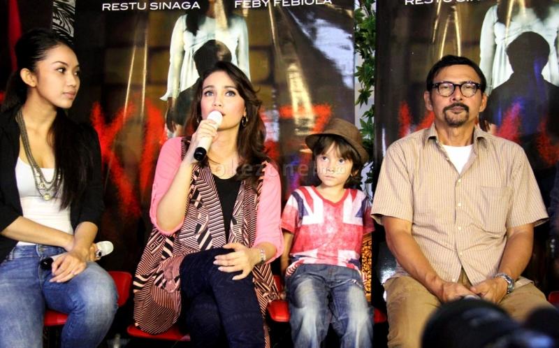 Para pemain film KM97; Elsa Diandra, Feby Febiola, Zidane dan August Melasz di acara gala premier film KM 97 di Studio 2 XXI Epicentrum, Kuningan, Jakarta Selatan, Selasa (19/3/2013).