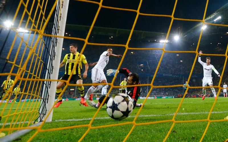 Robert Lewandowski saat mencetak gol ke gawang Real Madrid pada leg pertama semifinal Liga Champions di Signal Iduna Park, Kamis (25/4/2013) dini hari WIB.