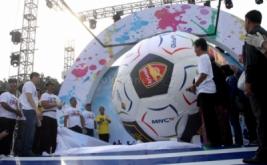 CEO MNC Group Hary Tanoesoedibjo (kedua kiri) dan Menpora Roy Suryo (kanan) melihat bola raksasa saat acara MNC Fair di Plaza Barat Senayan, Jakarta Pusat, Minggu (26/5/2013). Bola raksasa tersebut mendapatkan Rekor MURI sebagai bola terbesar.