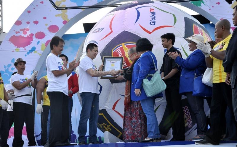CEO MNC Group Hary Tanoesoedibjo menerima penghargaan dari Ketua Museum Rekor Indonesia (MURI) Jaya Suprana atas bola raksasa terbesar disaksikan Menpora Roy Suryo saat acara MNC Fair di Plaza Barat Senayan, Jakarta Pusat, Minggu (26/5/2013).