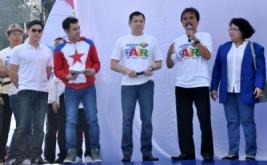 CEO MNC Group Hary Tanoesoedibjo (tengah) bersama Menpora Roy Suryo (kedua kanan), Pengacara Elza Syarief (kanan), Presenter Raffi Ahmad (kedua kiri), Direktur Global Mediacom David Fernando Audy (kiri) sesaat sebelum peluncuran bola raksasa saat acara MNC Fair di Plaza Barat Senayan, Jakarta Pusat, Minggu (26/5/2013).