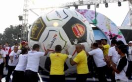 Bola raksasa digiring saat acara MNC Fair di Plaza Barat Senayan, Jakarta Pusat, Minggu (26/5/2013). Bola raksasa tersebut mendapatkan Rekor MURI sebagai bola terbesar.
