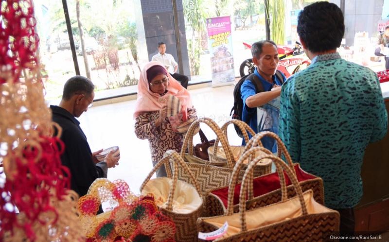 Pengunjung melihat-lihat hasil industri kreatif para narapidana dari lembaga pemasyarakatan (lapas) seluruh Indonesia, di Kementerian Perindustrian, Jakarta, Kamis (24/4/2014). Pameran yang diikuti 44 peserta warga binaan dari seluruh lapas, terselenggara atas kerja sama Kemenperin dan Kemenkum HAM. Pameran ini berlangsung 22-25 April 2014.