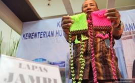 Seseorang memperlihatkan hasil industri kreatif para narapidana dari lembaga pemasyarakatan (lapas) seluruh Indonesia, di Kementerian Perindustrian, Jakarta, Kamis (24/4/2014). Pameran yang diikuti 44 peserta warga binaan dari seluruh lapas, terselenggara atas kerja sama Kemenperin dan Kemenkum HAM. Pameran ini berlangsung 22-25 April 2014.