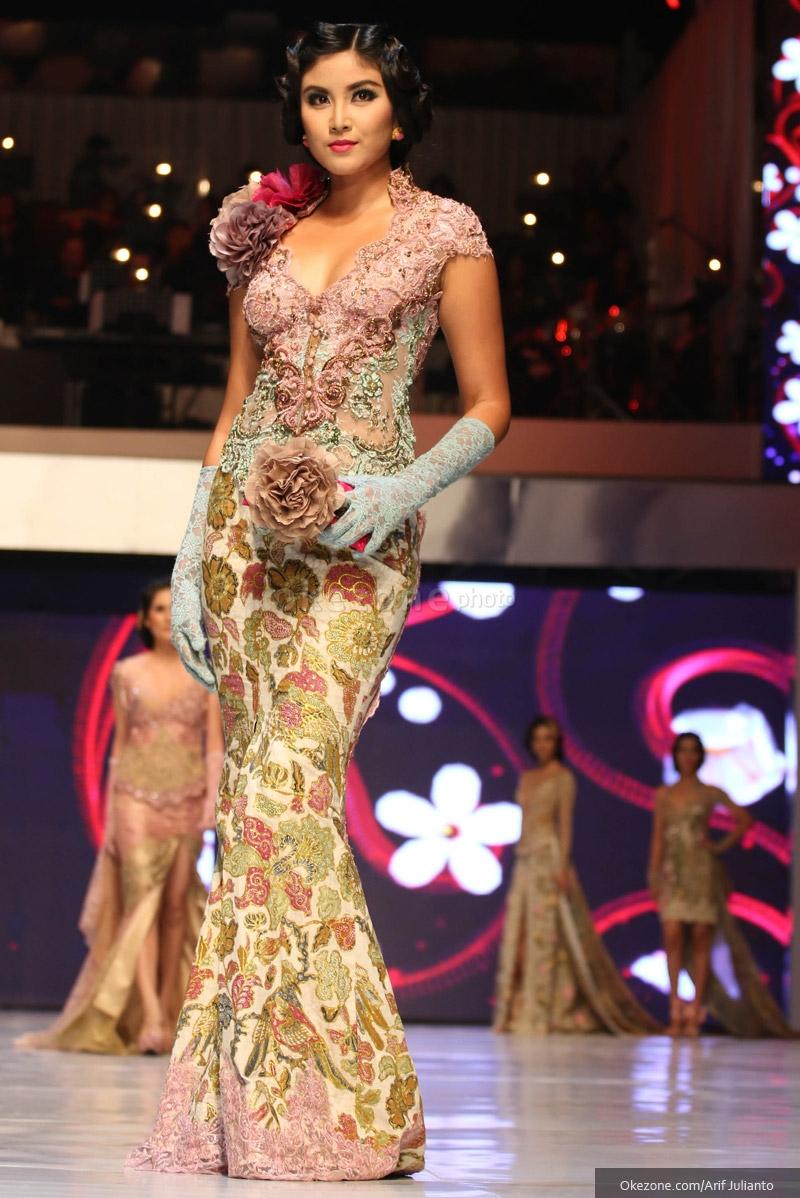 ... Kebaya Modern dan Batik di Busana Karya Anne Avantie : Okezone Foto