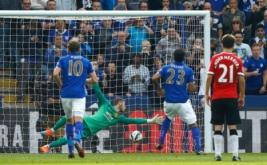 Leonardo Ulloa (dua kanan) mencetak gol ke gawang Manchester United dari titik putih.