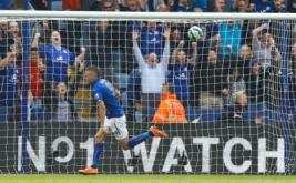 Jamie Vardy selebrasi usai mencetak gol ke gawang Manchester United.