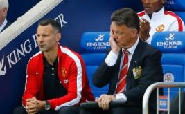 Pelatih Manchester United Louis Van Gaal (kanan) menyapu wajahnya saat menyaksikan anak-anak asuhnya melawan Leicester City.