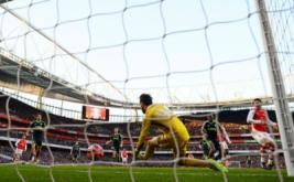 Kiper Middlesbrough Tomas Mejias gagal untuk menghentikan gol dari Olivier Giroud (kanan).