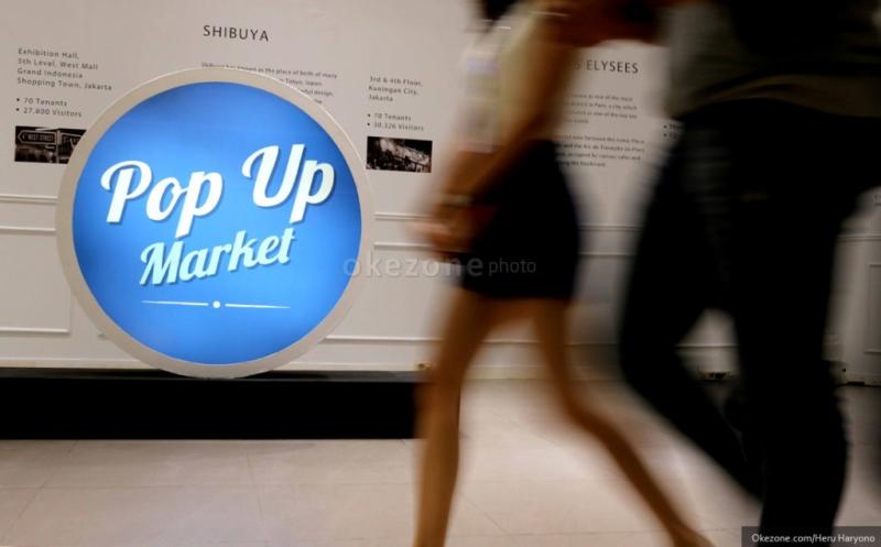 Pengunjung melintasi pameran Pop Up Market di Mall Lotte, Kuningan, Jakarta Selatan, Kamis (12/3/2015). Pop Up Market merupakan sebuah bazaar tematik tahunan yang diselengarakan oleh mahasiswa Prasetya Mulya School of Business and Economics dalam rangka ikut mengusakan perkembangan merek lokal dan pengusaha muda Indonesia.