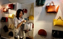 Pengunjung mencoba tas dalam pameran Pop Up Market di Mall Lotte, Kuningan, Jakarta Selatan, Kamis (12/3/2015). Pop Up Market merupakan sebuah bazaar tematik tahunan yang diselengarakan oleh mahasiswa Prasetya Mulya School of Business and Economics dalam rangka ikut mengusakan perkembangan merek lokal dan pengusaha muda Indonesia.
