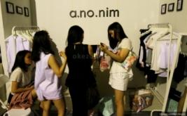 Pengunjung memilih pakaian dalam Pop Up Market di Mall Lotte, Kuningan, Jakarta Selatan, Kamis (12/3/2015). Pop Up Market merupakan sebuah bazaar tematik tahunan yang diselengarakan oleh mahasiswa Prasetya Mulya School of Business and Economics dalam rangka ikut mengusakan perkembangan merek lokal dan pengusaha muda Indonesia.
