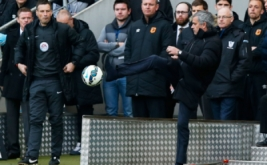 Pelatih Chelsea Jose Mourinho menendang bola dari pinggir lapangan saat laga Chelsea bertandang ke markas Hull City dalam lanjutan Premier League, Minggu (22/3/2015). Laga tersebut sendiri dimenangkan Chelsea lewat skor 3-2.