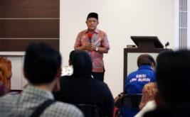 Ketua Umum Serikat Buruh Sejahtera Indonesia (SBSI) Muchtar Pakpahan berbicara di hadapan anggota SBSI saat diselenggarakannya pembentukan koperasi SBSI dan halalbihalal di Sekretariat SSBI, Johar Baru, Jakarta Pusat, Jumat (31/7/2015). Dalam kesempatan tersebut, Muchtar Pakpahan memberikan pernyataan sikap pada kasus Tolikara dan mengajak seluruh anggota atau pengurus SBSI bersama anggota DPP Partai Perindo untuk mendirikan koperasi di Tolikara.