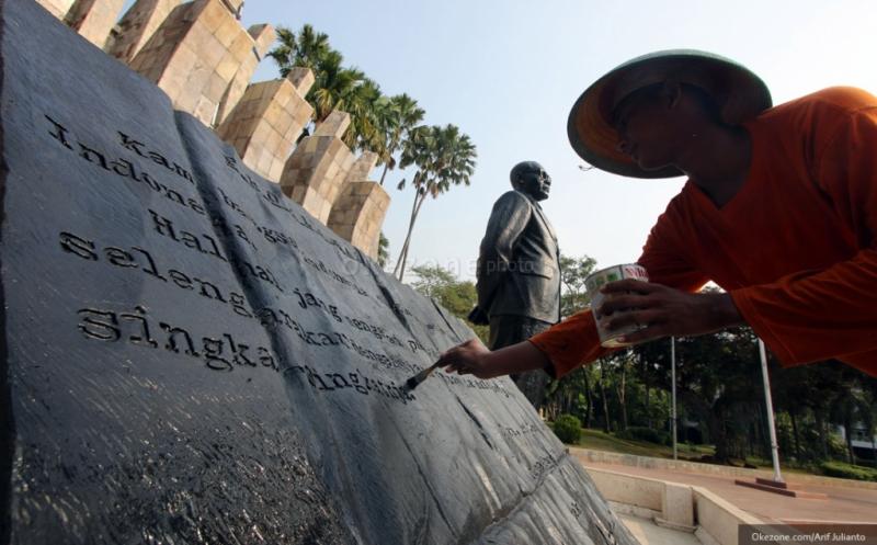 Pekerja melakukan perawatan patung Proklamator Republik Indonesia, Soekarno-Hatta, di Komplek Tugu Proklamasi, Jakarta, Minggu (9/8/2015). Pembersihan patung Proklamator tersebut dilakukan dalam rangka menyambut Hari Kemerdekaan RI pada tanggal 17 Agustus mendatang.