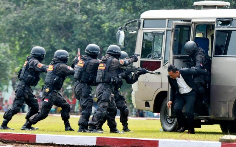 Pasukan Penanggulangan Teroris (Gultor) Yonif Raider/700 membebaskan sandera dari tangan teroris saat simulasi penanggulangan teroris disel-sela serah terima jabatan Komandan Batalyon (Danyon) Infantri 700/Rider di Makassar, Sulawesi Selatan, Kamis (11/2/2016). Simulasi pasukan Gultor Raider/700 tersebut untuk meningkatkan kemampuan pasukan Gultor dalam menghadapi ancaman baik dari dalam maupun luar negeri.