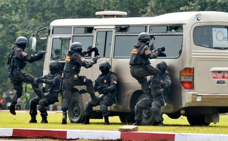 Pasukan Penanggulangan Teroris (Gultor) Yonif Raider/700 melakukan penyergapan kendaraan milik teroris saat simulasi penanggulangan teroris disel-sela serah terima jabatan Komandan Batalyon (Danyon) Infantri 700/Rider di Makassar, Sulawesi Selatan, Kamis (11/2/2016). Simulasi pasukan Gultor Raider/700 tersebut untuk meningkatkan kemampuan pasukan Gultor dalam menghadapi ancaman baik dari dalam maupun luar negeri.