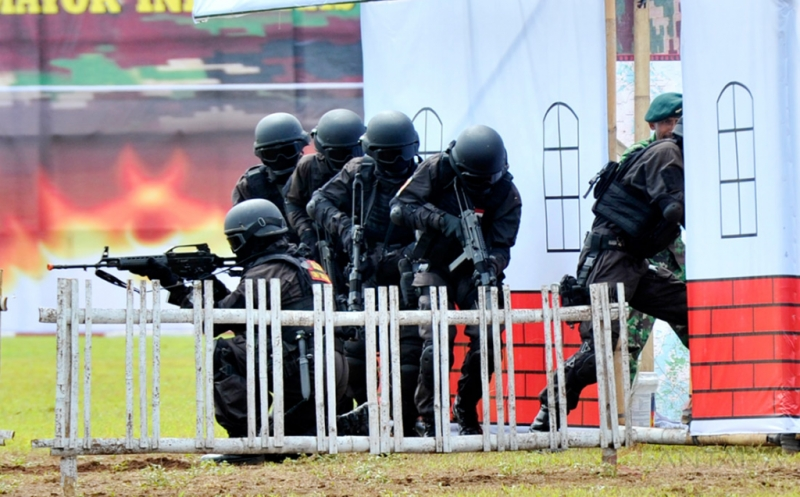 Pasukan Penanggulangan Teroris (Gultor) Yonif Raider/700 melakukan penyergapan di markas teroris saat simulasi penanggulangan teroris disel-sela serah terima jabatan Komandan Batalyon (Danyon) Infantri 700/Rider di Makassar, Sulawesi Selatan, Kamis (11/2/2016). Simulasi pasukan Gultor Raider/700 tersebut untuk meningkatkan kemampuan pasukan Gultor dalam menghadapi ancaman baik dari dalam maupun luar negeri.