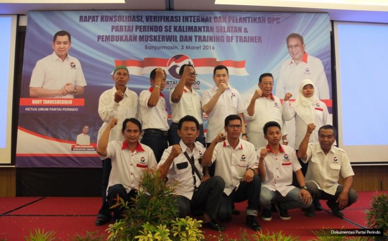 Ketua Umum Partai Persatuan Indonesia (Perindo) Hary Tanoesoedibjo (tiga kanan atas) foto bersama pengurus usai pelantikan 152 DPC Partai Perindo se-Kalimantan Selatan di Banjarmasin, Kalimantan Selatan, Kamis (3/3/2016).