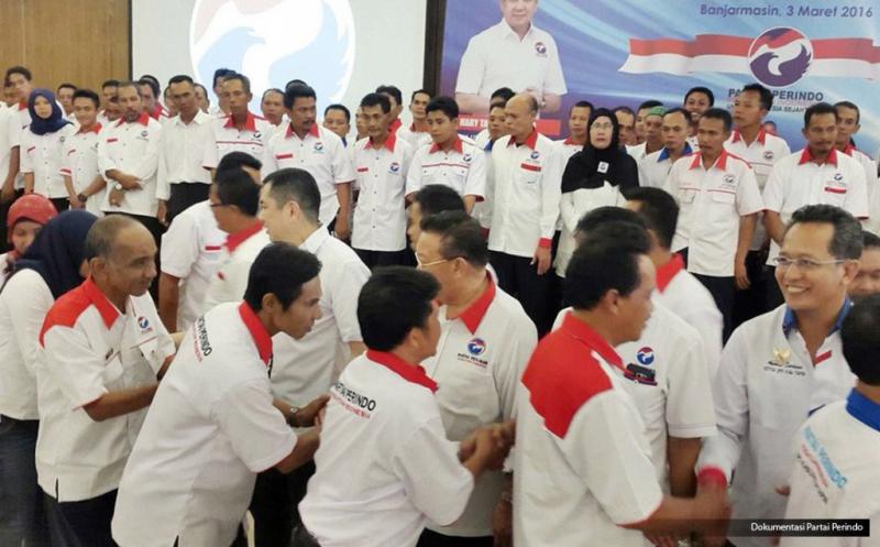 Ketua Umum Partai Persatuan Indonesia (Perindo) Hary Tanoesoedibjo bersalaman dengan pengurus usai pelantikan 152 DPC Partai Perindo se-Kalimantan Selatan di Banjarmasin, Kalimantan Selatan, Kamis (3/3/2016).