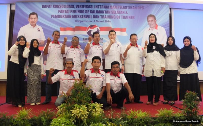 Ketua Umum Partai Persatuan Indonesia (Perindo) Hary Tanoesoedibjo (lima atas) foto bersama pengurus usai pelantikan 152 DPC Partai Perindo se-Kalimantan Selatan di Banjarmasin, Kalimantan Selatan, Kamis (3/3/2016).