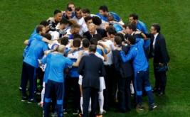 Pelatih Real Madrid Zinedine Zidane memberi arahan sebelum mulainya babak adu penalti.