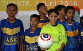 Pesepakbola cilik Tristan Alif memainkan bola di Terminal 3 Ultimate, Bandara Soekarno Hatta, Tangerang, Banten, Jumat (3/6/2016). Selain memberikan uang pembinaan kepada Tristian Alif PT AP II juga memberikan uang pembinaan kepada lima sekolah sepak bola usia muda yang tergabung dalam Indonesia Junior League.